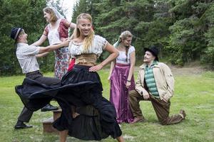 Hannah Körner spelar Carmen i Loses Finnskogsteater.