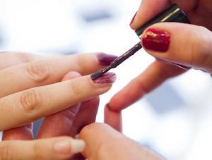 STEG 2 – NAGLARNA. Vasiliki Tsouplaki har fina, lite längre naglar som behöver uppmärksammas med lite färg. Vi väljer en hösttrendig djuplila färg.