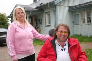 –  Blir vi hänvisade till en hyreslägenhet igen måste den byggas om och anpassas för stora pengar. Det blir billigare för kommunen om de hjälper oss så att vi kan bo kvar här i vår enkla villa, säger Birgitta och Jonnie Ström.