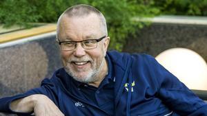 Nu. Leif Boork, 66 år, är tränare för det svenska damlandslaget. Tidigare under karriären har han tränat både det svenska och norska herrlandslaget samt klubbar som Djurgårdens IF, Brynäs IF, Västra Frölunda HC, Modo HK, och Mora IK.
