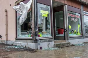 Alla skyltfönster till butiken har blivit sönderslagna.