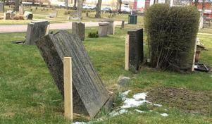 Instabila gravstenar som håller på att bli tillfälligt säkrade av Tomas Molin och Tony Lundqvist. Först slår de ner en träregel i marken bredvid gravstenen sedan sätter de ett spännband runt alltihop som förhindrar att stenen ska kunna välta.