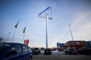Mitt i blickfånget tornar den upp sig, den nya reklamskylten på Bollnäs Norr.