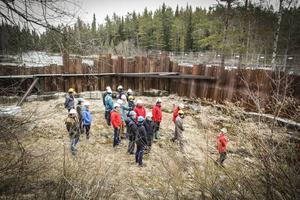Arkivbild från i våras då domstolens ledamöter gick runt det trasiga kraftverket vid Långforsen.