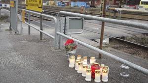 En person avled efter att ha blivit påkörd av ett godståg på vid Fagersta C. Människor har ställt ut minnesljus vid stationen.