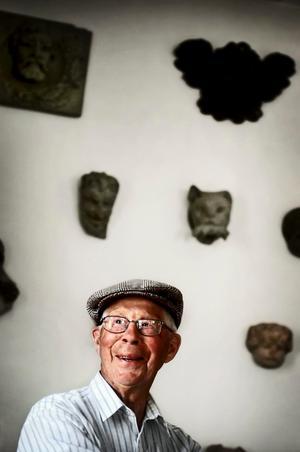 Med historia som passion. Elving har många järn i elden och rycker in som allt-i-allo på Stenarbetsmuseet i Yxhult. Han går gärna runt i utställningshallarna och tittar på gipsmodellerna av gamla husutsmyckningar.Bild: Pia Gyllin