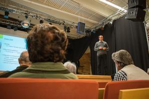 Falu kommuns integrationschef Mats Berglund berättar för de boende i Högbo vad HVB-hemmet kommer att innebära.