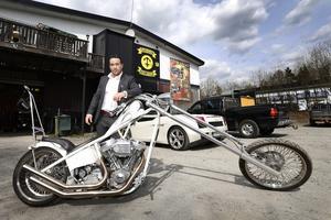 Jan Emanuel Johansson föredrar sommartid sin HD chopper och på vintern den fyrhjulsdrivna Lamborghini Gallardo som skymtar i bakgrunden.