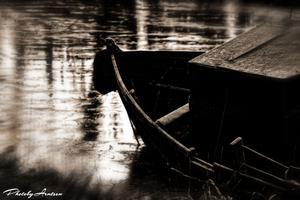 Min svärfar och jag var ute med hunden tidigt på morgonen 31 december 2011. Plötsligt fick vi syn på denna övergivna båt som låg i våtmarkerna i Sunnersta Uppsala. Jag tycker man verkligen känner hur kylan tär på den övergivna båtens skrov.