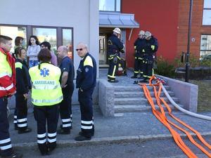 Ett hyreshus med studentbostäder på Tjärna Ängar i Borlänge rökfylldes på lördagseftermiddagen. Foto: Mikael Hellsten.