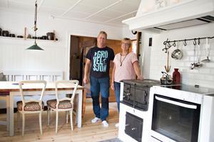 Trots att torpet är litet är köket förhållandevis stort. Här räknar Maria och Jonas med att få plats med hela familjen till jul och andra högtidsdagar.