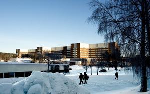 Svårt medtagen och med en akut inre blödning ska en patient ha skjutsats tolv mil i taxi från Sundsvalls sjukhus.