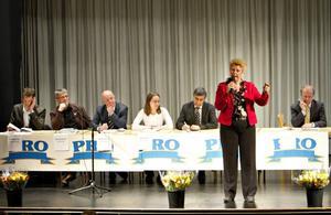Skatten ska vara lika, sa Agneta Gille, S, när PRO bjöd in till debatt om äldrepolitiken. Bakom henne syns Mattias Johansson, C, Jacob Johnson, V, Lennart Hedquist, M, Helena Leander, MP, Ismail Kamil, FP, och Mikael Oscarsson, KD.