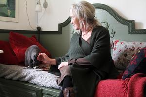 Hällpetters Maria Bergström sitter i den utdragbara säng som Carl Larssons mormor en gång i tiden ägde.