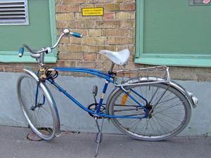 När jag kom ut från en lunchrestaurang en dag i slutet av april såg jag denna lätt humoristiska cykelparkering.