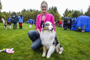Lina Persson och Chuck, en australian shepherd, blev bästa hanhund i sin klass.