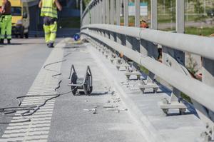 Bitar av betong ligger längst vägkanten efter att de har åtgärdat en bit av sträckan