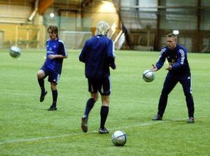 Från vänster: Andreas Åhman, Patrik Eriksson-Ohlsson (med ryggen mot kameran) och målvakten Fredrik Sundfors.