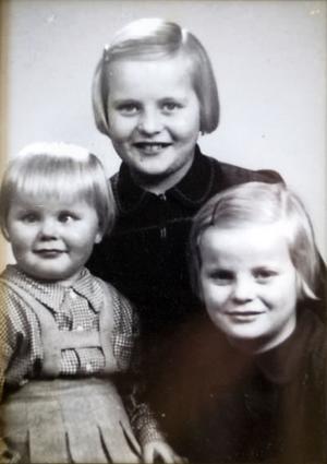Arja var tio år när hon kom till Sverige, Irja sju år och yngsta systern Irma 2,5 år. Fotografiet är taget 1944.