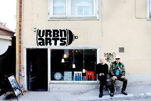 Anders Redins ångestfyllda och lite demoniska ansiktenhar flyttat in på Urbn Arts.