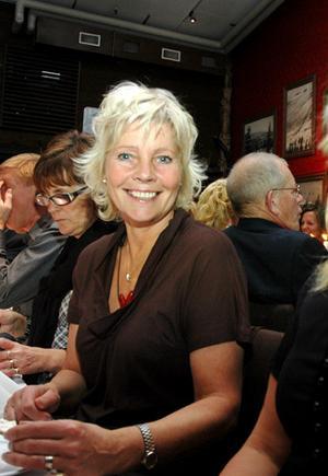Monica Svelander från Svelanderkonsulting i Klövsjö, väntar på att få beställa in lämplig dryck till sin trerättersmiddag.