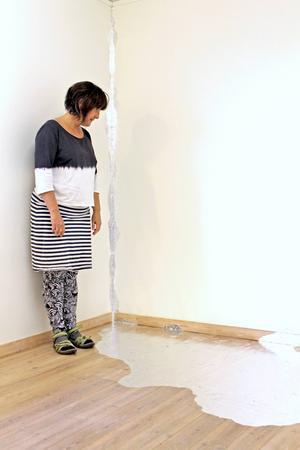 Marie Lindgrens tejpinstallationer kan ses som en metafor för samhället.