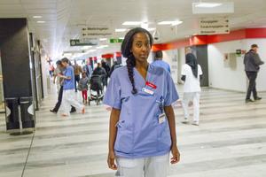 Emy Maru jobbade tidgare på Hudiksvalls sjukhus för att få jobba på samma sjukhus som sin pappa. Nu tjänstgör hon på  Huddinge  sjukhus.