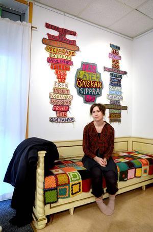 Textilkonstnären Elisabeth Bucht från Uppsala ställer ut textil graffiti i Kulturhörnan under tre veckor.