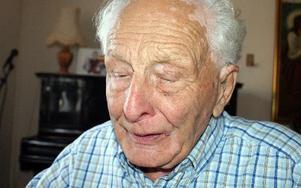 Kroppen börjar säga ifrån, men 90-årige Erik Hanses har svårt att låta bli att spela med Slink in-orkestern som han var med och startade..
