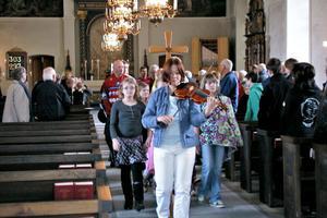 Susan Reistad spelade fiol i kyrkan och ledde processionen med alla som medverkade under familjegudstjänsten.