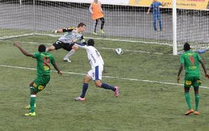 Chidi Omeje fastställer slutresultatet när han placerar bollen utom räckhåll för Umeås målvakt Vladimir Sudar.Foto: Curt Kvicker