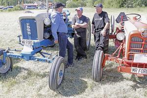 Diskussioner i favoritämnet: veteran-traktorer. Robert Andersson, Olle Olsson och Rune Andersson.