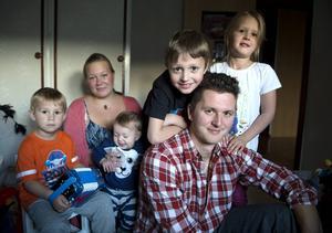 Joel Bergström och Angelica Westerbring i Njurundabommen har fyra barn. På fredag den 9 oktober fyller Joel 30 år. Barnen heter Uno, Ylva, Jonatan och Edit.