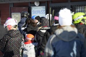 Kön för att få köpa liftkort till Sidsjöbacken ringlade lång på söndagen.