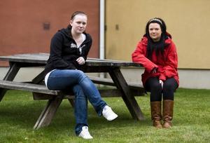 Tröttnat. Anne Wikstrand och Emmy Gunnarsson söker jobb nästan varje dag. Men arbetsmarknaden är tuff och                         ingen av dem har fått napp, trots att lärarna sa att de var garanterade jobb efter att ha gått omvårdnadsprogrammet på gymnasiet.