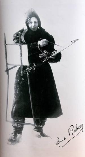 """KonstnärenAnna Boberg klädd som """"polarforskare""""."""