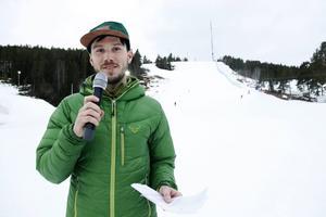 Johan Lidberg, dagens speaker, höll publik och tävlande uppdaterade.