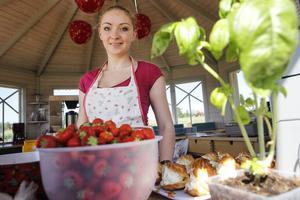 Petit-chou med jordgubbsfyllning är grejen för dagen för Jielva Simonaityte på Rödön.
