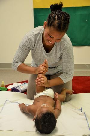 En av de olika aktiviteterna på familjecentralen är babymassage. Här utövar Azeb Kbrom, en vän till Aynalem, massage på sitt barn. De båda brukar gå på babymassagen tillsammans.