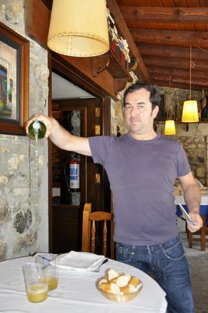 Mikel, kypare på Kako i Astigarraga, häller upp cider.