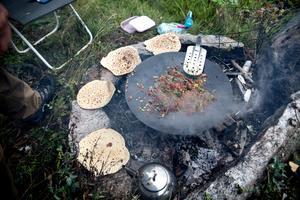 Snabblunchen på and och knipa med kantareller och fetaost börjar bli klar att servera.