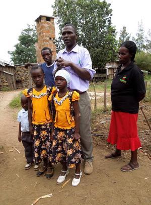 De två äldsta barnen är Josphat och Tabita Macharias egna. Till familjen räknas också de två yngre barnen och deras mamma, som arbetar på gården. Foto: Kjell Ahnfelt