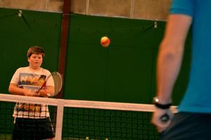 12-årige Carl Eriksson är framme på nät i en match med tränaren Christian Johansson.Foto: Samuel Borg
