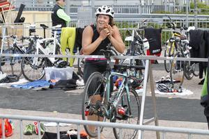 Sara Hector vid växlingen mellan simning och cykel.