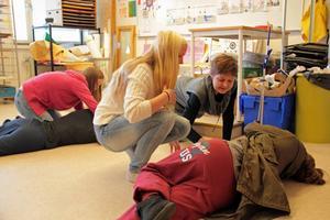 Emilia Broberg får lära sig hjärt- och lungräddning av instruktören Vanja Isaksson.