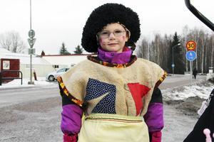 Femåriga Wilma Ungh från Alfta valde att gå fettisdagsgubbe på tisdagen med sin farmor Maj-Britt.