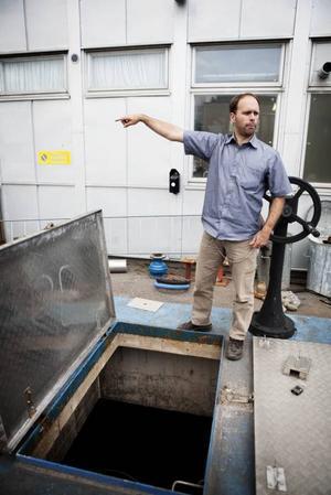 Richard Faber visar vattenflödet under marken vid Sätraverket.