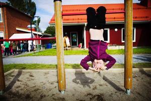 Lovisa Green, 5 år, passade på att leka under jubileumsfesten. Hon har själv har inte börjat i skolan ännu men hennes två storebröder går i Böle byskola.