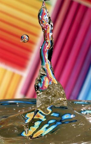 Här en bild tagen när en vattendroppe faller ner i ett glas med vatten. I bakgrunden har jag ett inslagningspapper som gör att vattnet får en sån häftig färg och att bakgrunden blir lite snyggare än kakel.Jag har fått många förslag på vad det föreställer, en istapp, en svan som dras ner i vattnet. Vad tycker du den föreställer gå in på www.vlt.se/lasarbilder och kommentera.