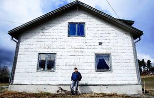 """Just nu arrenderar Magnus gården i Häljesund av en kompis. Men han har planer på att köpa den eftersom han vill bygga ett slakteri. """"I dag råder det stor efterfrågan på närproducerat griskött"""", säger han."""